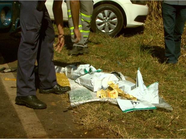O dinheiro de um dos dois cofres do carro-forte foi levado pelos assaltantes (Foto: Reprodução/EPTV)