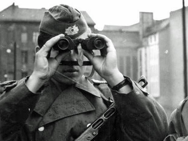 Soldado oriental vigia a construção do Muro de Berlim  (Foto: Stöhr/Deutsches Bundesarchiv)
