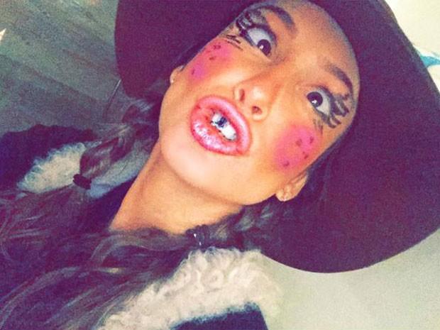 De caipira, Claudia Leitte faz graça para selfie (Foto: Instagram/ Reprodução)