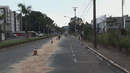 Caminhão derrama óleo na pista e causa acidentes em São Carlos, SP