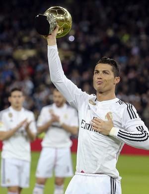 Cristiano Ronaldo mostra a bola de ouro (Foto: EFE)