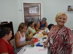 Maria das Graças, de 63 anos, ensinou técnicas de artesanado em E.V.A (Foto: Toni Francis/G1)
