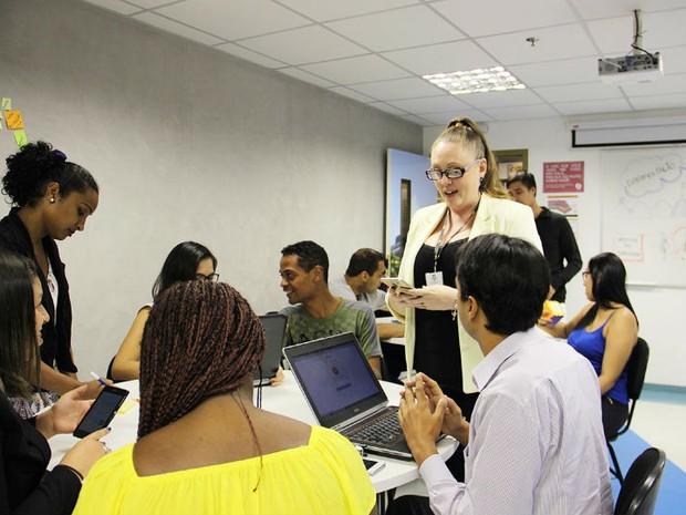 Alunos e professores trocando ideias do novo sistema de educação (Foto: FAPPES\ Divulgação)