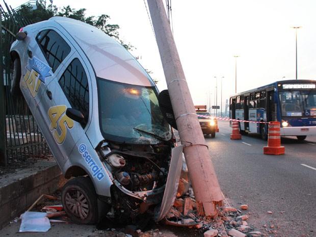 Segundo a polícia, motorista dormiu ao volante e bateu em poste (Foto: Alex Falcão/ Futura Pressa/AE)
