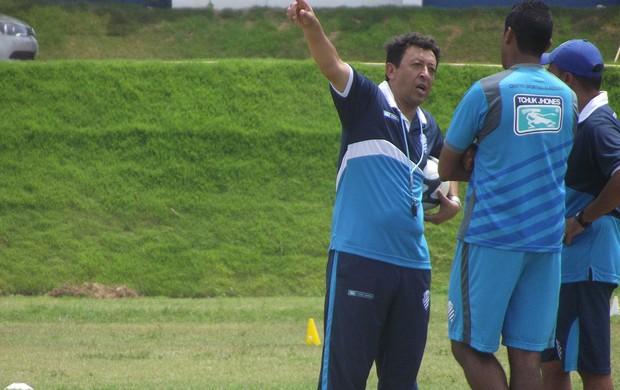 Treinador do CSA, Lorival Santos conversa com preparador físico e atacante Mendes (Foto: Caio Lorena / Globoesporte.com)