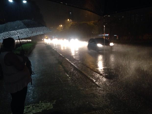 Chuva forte na região do Brooklin na noite desta sexta-feira  (Foto: Glauco Araújo/G1)