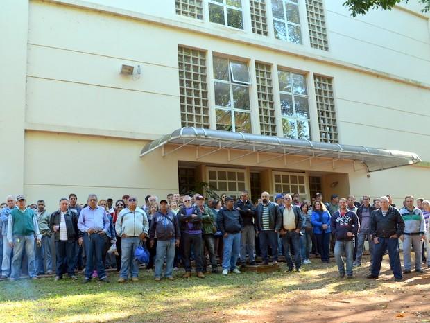 Funcionários em greve impedem acesso aprédio da USP em Piracicaba (Foto: Fernanda Zanetti/G1)