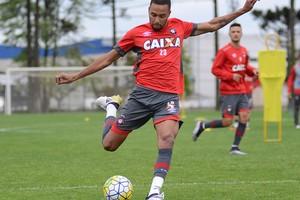 Volante Hernani Atlético-PR (Foto: Site oficial do Atlético-PR/Marco Oliveira)