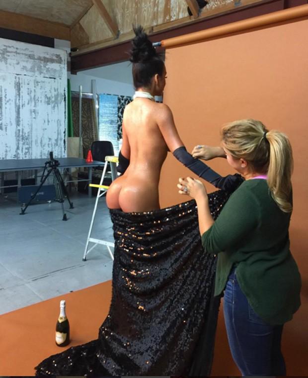 Modelo posa nua para calendário e recria famosa foto de Kim Kardashian