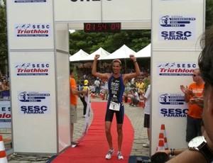 O paulista Reinaldo Colucci venceu o Sesc Triatlo Caiobá. Ele só conseguiu se 'desgarrar' dos adversários na etapa final da corrida (Foto: Luciano Balarotti)