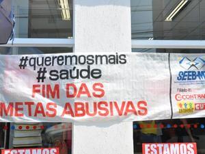 Faixa foi colocada em frente a uma agência bancária de Cuiabá (Foto: Nathalia Lorentz/ G1)