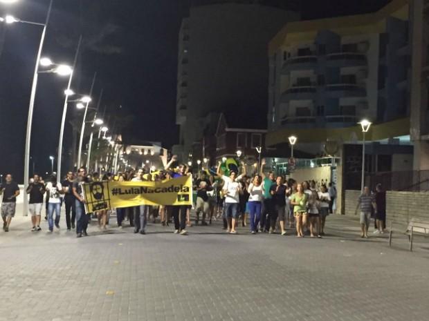 Manifestantes exibem cartazes e gritam palavras de ordem (Foto: Giana Mattiazzi/TV Bahia)