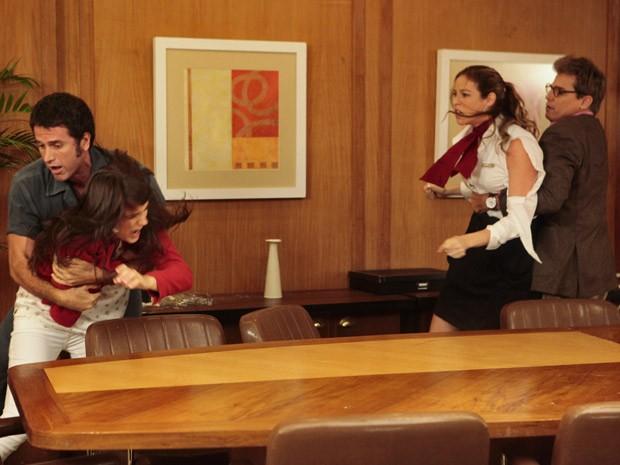 A briga só para quando Felipe e Ulisses separam Vânia e Carolina (Foto: Guerra dos Sexos / TV Globo)