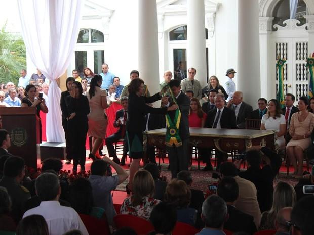 Faixa governamental foi entregue pela chefe do cerimonial do governo Emília Nunes (Foto: Ellyo Teixeira/G1)