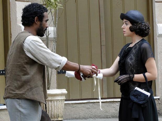Mãos de Fagundes e Lindinalva se tocam (Foto: Gabriela / TV Globo)