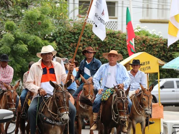 Cavalgada chegou a Mossoró por volta das 10h deste sábado (Foto: Marcelino Neto/G1)