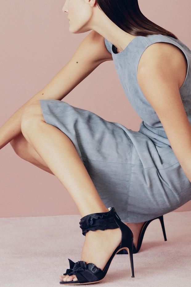 À venda em suas duas lojas, em São Paulo, e em multimarcas pelo País, os sapatos da grife Alexandre Birman agora poderão ser encontrados ao alcance de um clique: a marca estreia neste mês e-commerce próprio. Nas prateleiras virtuais, a nova sandália- -hit (Foto: Divulgação, Nicole Fialdini e Fernando Tomaz.)