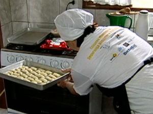 Cozinheira ensina a fazer uma receita de biscoito (Foto: Reprodução/ TV Gazeta)