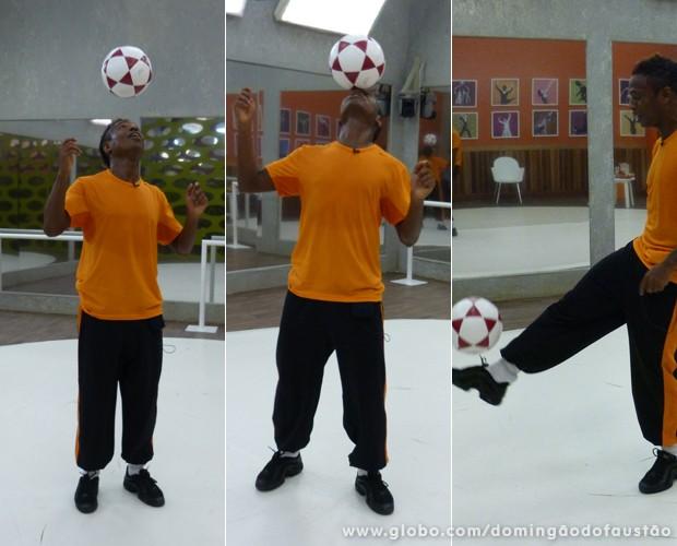 O ex-jogador sempre traz a bola de futebol para os ensaios! (Foto: Domingão do Faustão/TV Globo)
