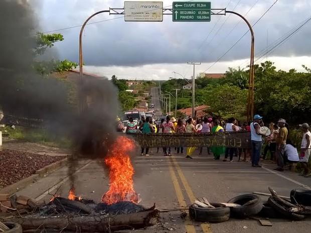 Professores fecharam a BR-106, em Alcântara (MA) (Foto: Divulgação)