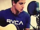 Enzo posta foto tocando violão