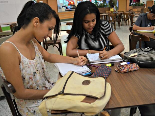 Amigas estudam em dupla e dizem ter inserido estudos na rotina diária  (Foto: Quésia Melo/G1)