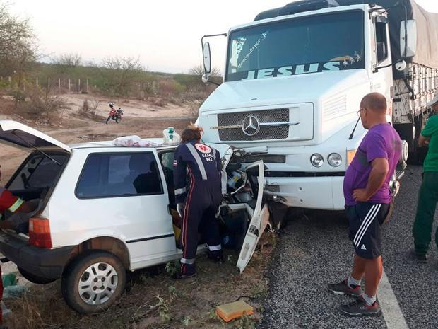 Acidente entre carro e caminhão matou idoso e bisneto de 8 meses (Foto: Divulgação/Polícia Militar)