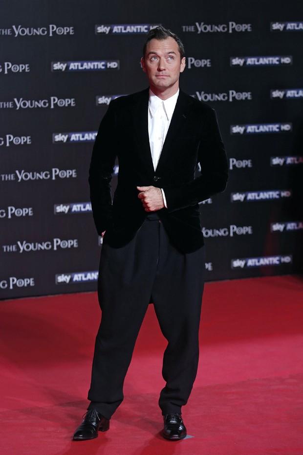 Jude Law na première de The Young Pope (Foto: AKM-GSI)