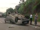 Carro capota e trânsito fica lento na Via Dutra, em Barra Mansa, RJ