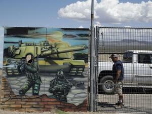 Homem em frente a estande de tiro (Foto: John Locher/AP)