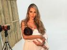 Adriana Sant'Anna interrompe ensaio de fotos para amamentar o filho
