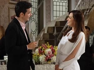 Haroldo e Lívia se conhecem na festa de Leonor (Foto: Salve Jorge/TV Globo)