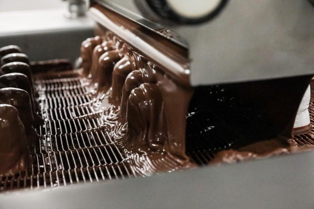 A produção é de 7,2 mil bombons Nhá Benta por hora na fábrica da Kopenhagem, em MG (Foto: Fábio Tito/G1)