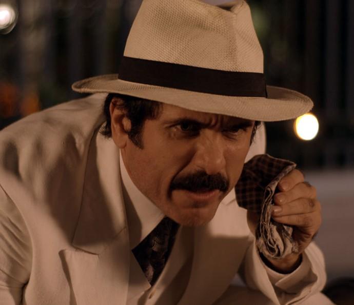 Ernesto finalmente coloca seu plano em prática (Foto: TV Globo)