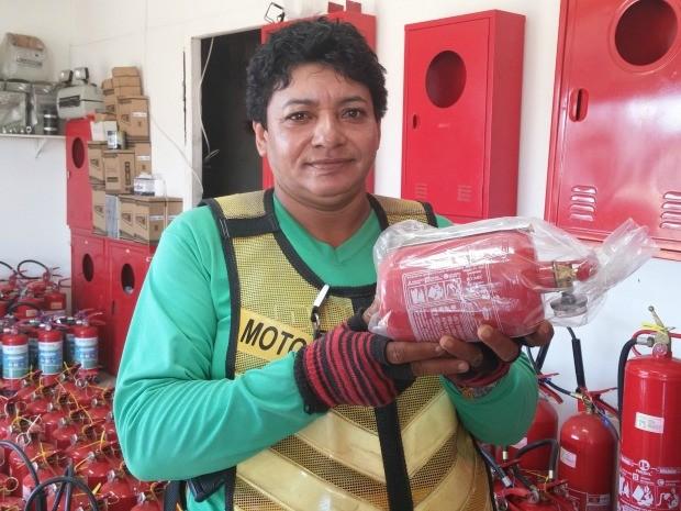 A mototaxista Maria de Jesus encontrou o extintor após pesquisar em várias lojas (Foto: Iryá Rodrigues/G1)