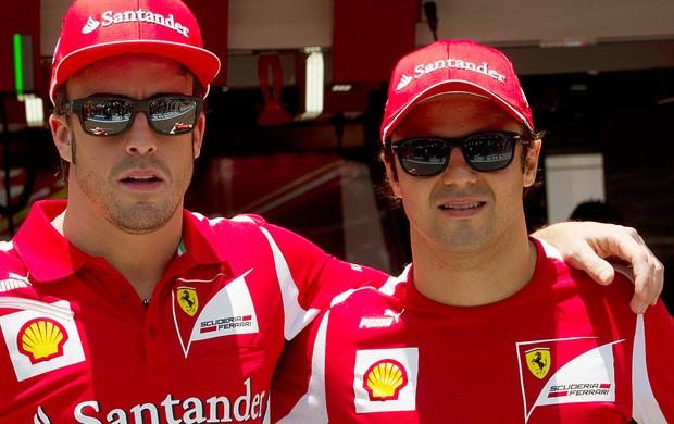 Alonso e Massa nos boxes do GP de São Paulo (Foto: AP)