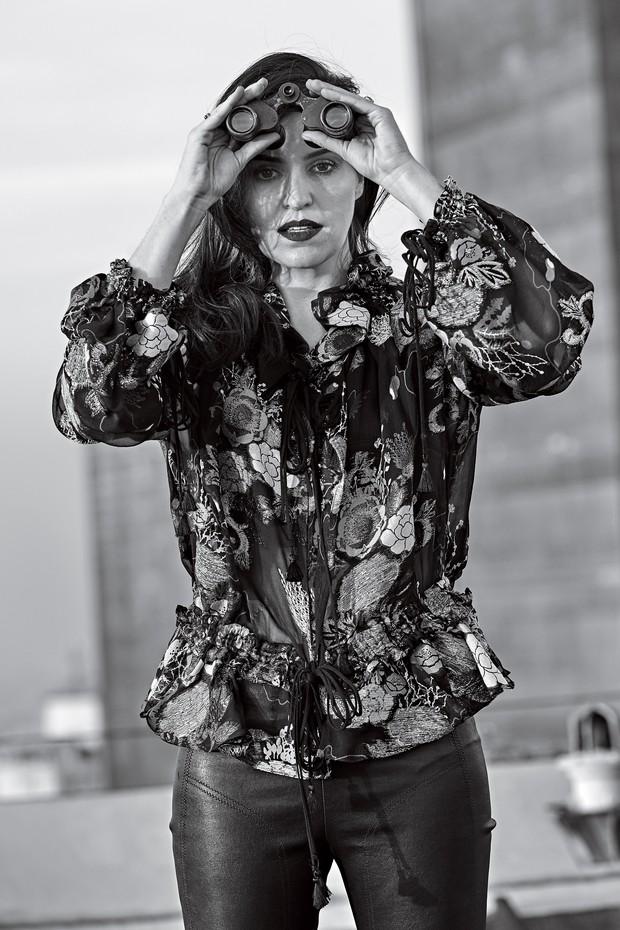 Natalie Klein no heliponto do Hotel Tivoli vestindo camisa Chloé e calça NK  Collection, ambas e1c10b51f6