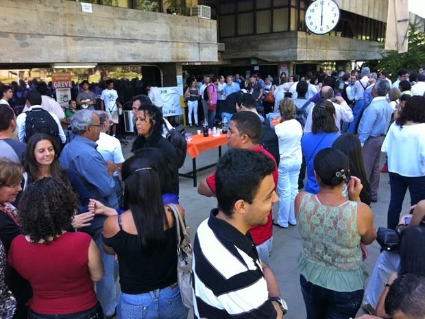 Professores e estudantes realizam protesto com música contra ocupação da reitoria da Universidade de Brasília (Foto: Isabella Formiga/G1)