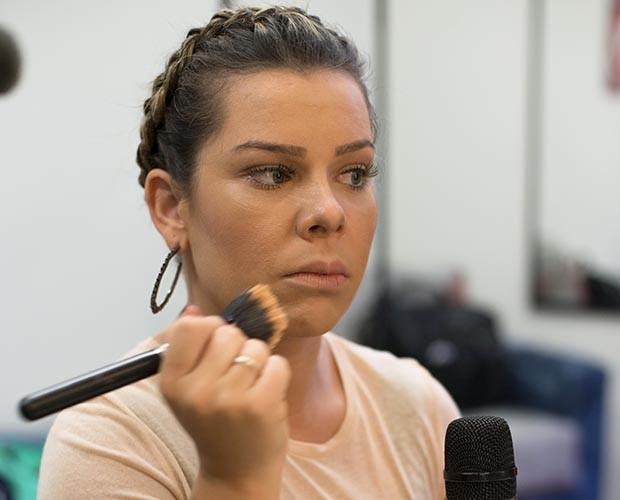 Fernanda Souza prepara a pele  (Foto: Camila Serejo/Gshow)