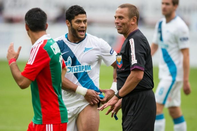 Hulk reclama com árbitro Zenit (Foto: Site oficial do Zenit)