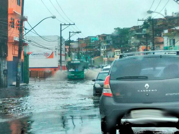 Motoristas devem redobrar atenção ao trafegar pela região (Foto: Lilian Marques/G1)
