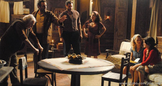 Amelinha recebe carta falsa de Franz e fica arrasada (Foto: Joia Rara/ TV Globo)