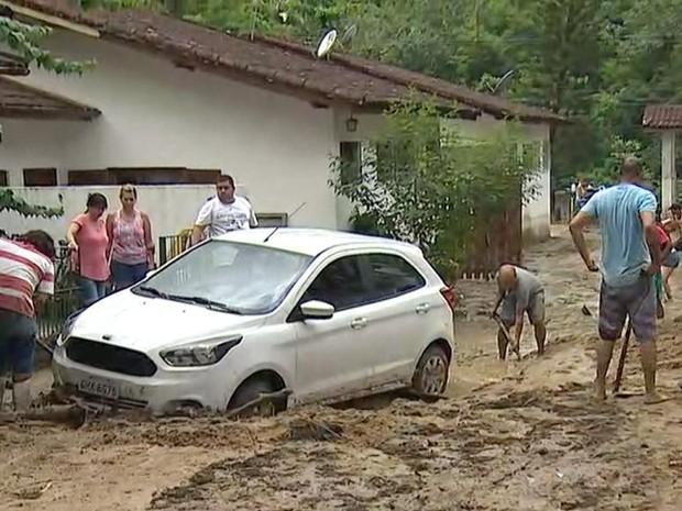Lama invadiu as casas em Caraguá (Foto: Reprodução/TV Vanguarda)