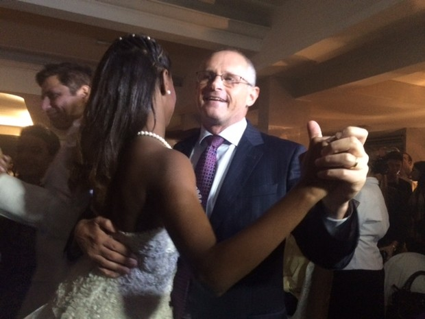Secretário José Mariano Beltrame dançou com debutantes (Foto: Isabela Marinho/ G1)