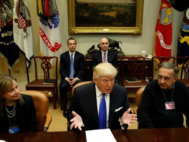Marry Barra, CEO da GM, Donald Trump, presidente dos Estados Unidos, e Sergio Marchionne, CEO da FCA, em reunião na Casa Branca, em Washington, nesta terça-feira (24) (Foto: Kevin Lamarque / Reuters)