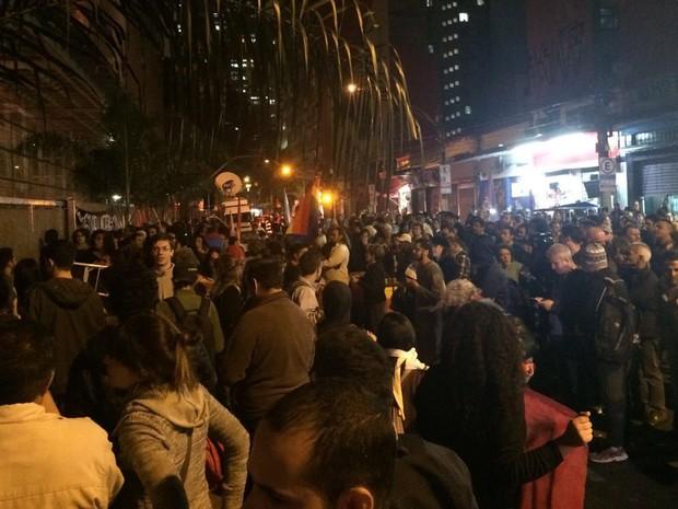 Professores se reúnem em frente ao Centro Paula Souza, no Centro, em São Paulo (Foto: Lívia Machado/G1)