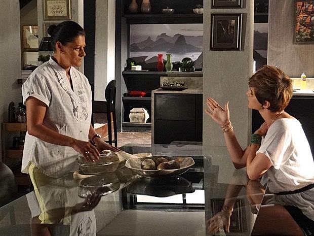 Aisha mostra sua pulseirinha de criança para Creusa (Foto: Salve Jorge/TV Globo)
