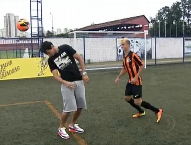 Kauê Ramos tenta dar balão em Paulo Henrique Ganso (Foto: Reprodução da internet)