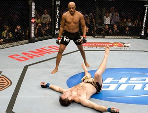 Anderson Silva na luta do UFC contra Forrest Griffin em 2009 (Foto: Getty Images)