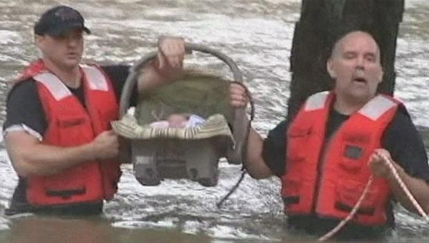 Bebê é resgatado em enchentes nos EUA (Foto: BBC)